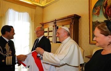 PPK regala camiseta de la Selección Peruana a papa Francisco