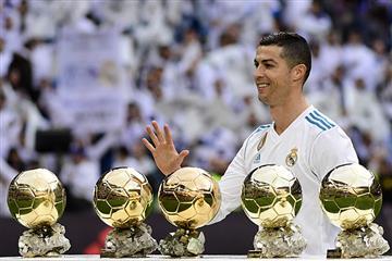 Cristiano Ronaldo mostró sus 5 balones de oro a la afición madridista