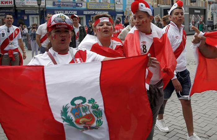 Hinchas peruanos llegaron a Ekaterimburgo para apoyar a la Bicolor. Foto: EFE