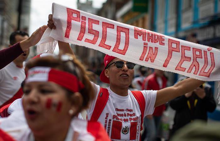 Banderazo de los hinchas de la Selección Peruana previo al duelo con Francia. Foto: EFE