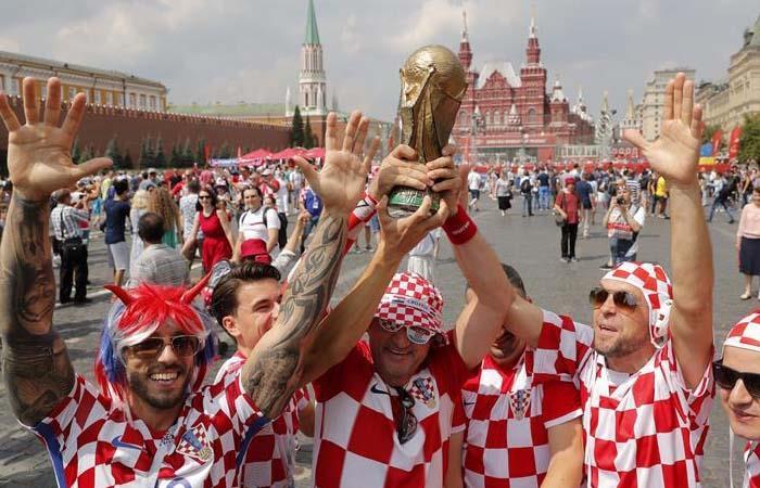 Hinchas de Croacia y Francia empezaron la fiesta fuera del estadio Luzhniki. Foto: EFE