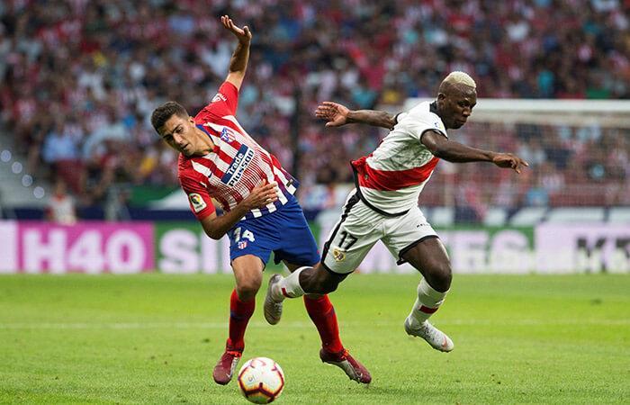 Luis Advíncula no pudo evitar la derrota de su equipo ante el Atlético de Madrid (Foto: EFE)