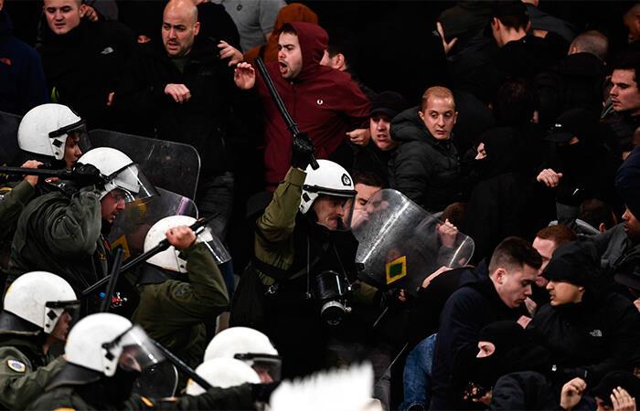 Peleas en el duelo entre AEK Atenas vs Ajax (Foto: AFP)