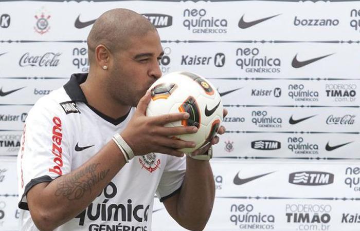Adriano firmó un contrato para que una empresa cuente su vida en una película