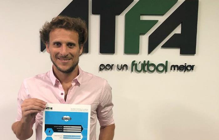 Diego Forlán se convirtió en entrenador de fútbol