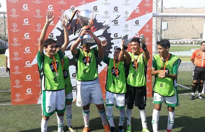 Los jugadores de San Antonio de Piura levantan el trofeo (Foto: Facebook San Antonio)
