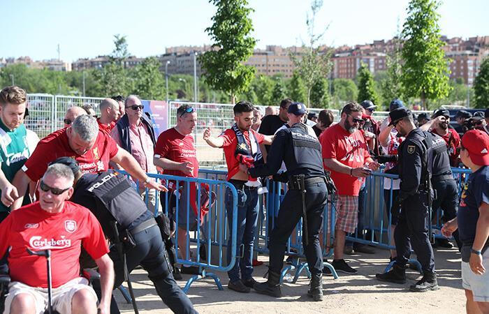 Hinchas fueron sometidos a revisión por los policías locales. Foto: EFE