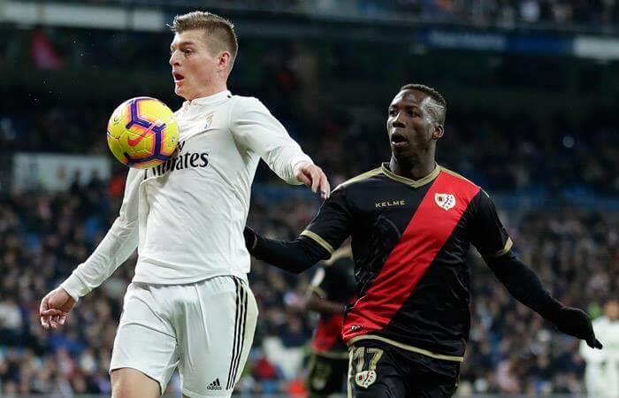 Luis Advíncula podría continuar jugando en Europa (Foto: EFE)