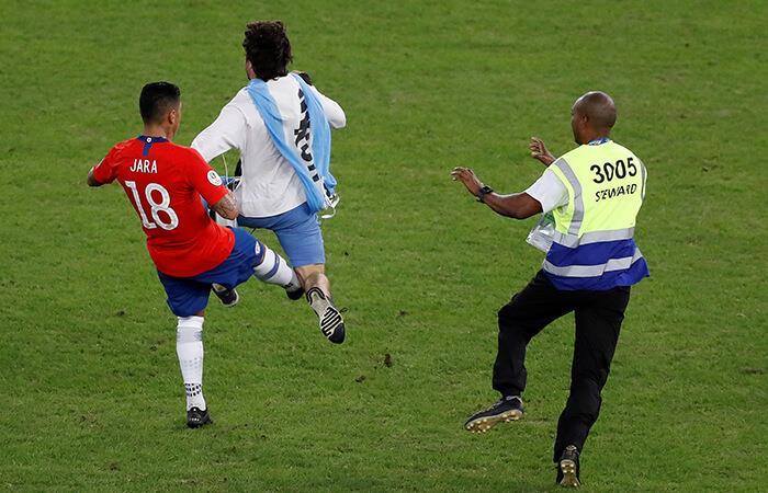 Gonzalo Jara y la agresión contra el hincha uruguayo (Foto: EFE)