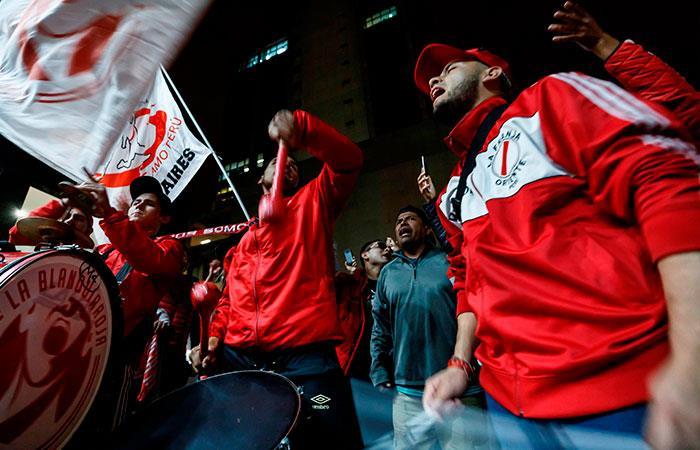 Hinchas alientan a la selección peruana previo al Perú vs Chile. Foto: EFE