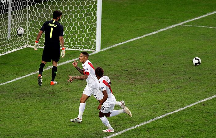 Paolo Guerrero llegó a los 14 goles en Copa América tras anotarle a Brasil. Foto: EFE