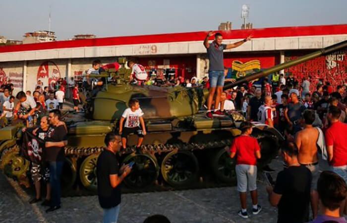 Serbios acudieron al estadio en tanque de guerra (Foto: twitter)