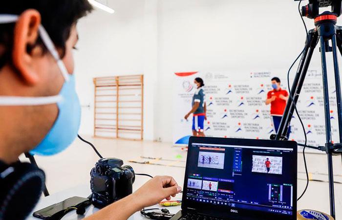 Vista de la filmación y proyección en vivo de las clases de deporte virtual impartidas por la Secretaría Nacional de Deportes. Foto: EFE
