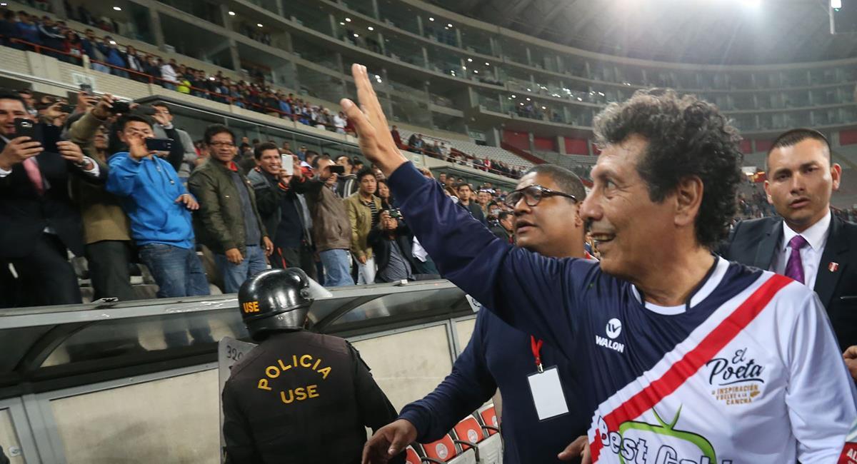 """César Cueto en un Homenaje de exseleccionados en el Estadio Nacional - """"La Noche del Poeta"""". Foto: Andina"""