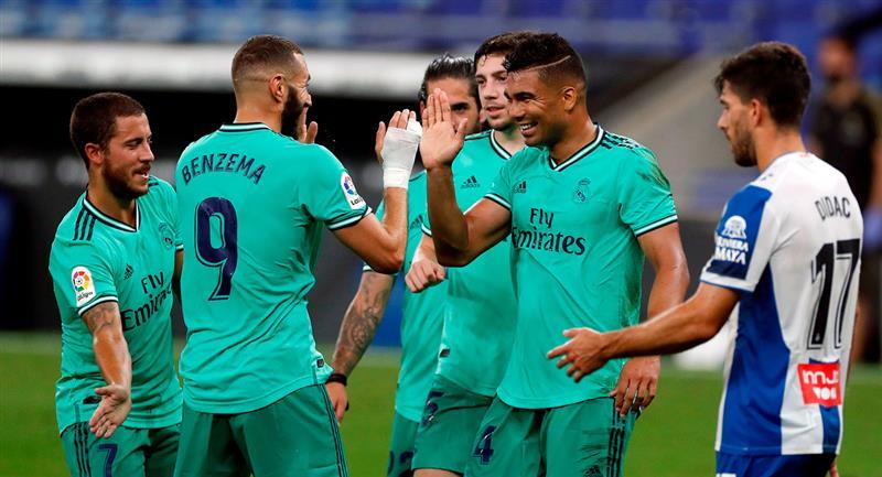 El centrocampista brasileño del Real Madrid Carlos Henrique Casemiro (2d) celebra su gol. Foto: EFE / Alberto Estévez