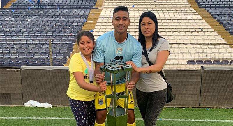 Alexander Araujo logró el título nacional con Binacional en el 2018. Foto: Twitter - @pantera1981
