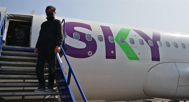Ángel Comizzo llegó en vuelo humanitario Sky. Foto: Twitter @Joseraulvargasf