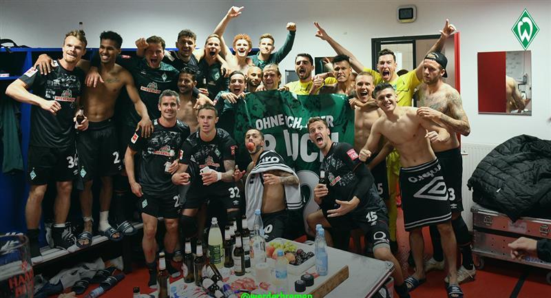 Claudio Pizarro junto al plantel del Werder Bremen tras salvar el descenso. Foto: Club Werder Bremen