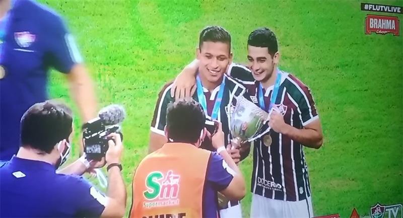 Fernando Pacheco con la copa de campeón. Foto: Captura Youtube Fluminense TV