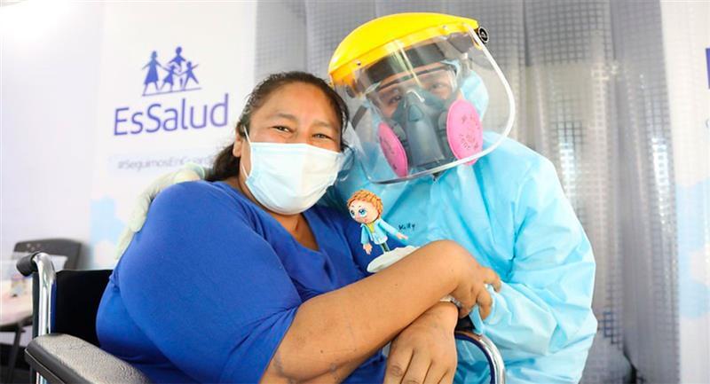 La profesora de inicial, Ana María Chalco (40), es la primera de paciente recuperada en la Villa EsSalud Moquegua. Foto: Twitter @EsSaludPeru