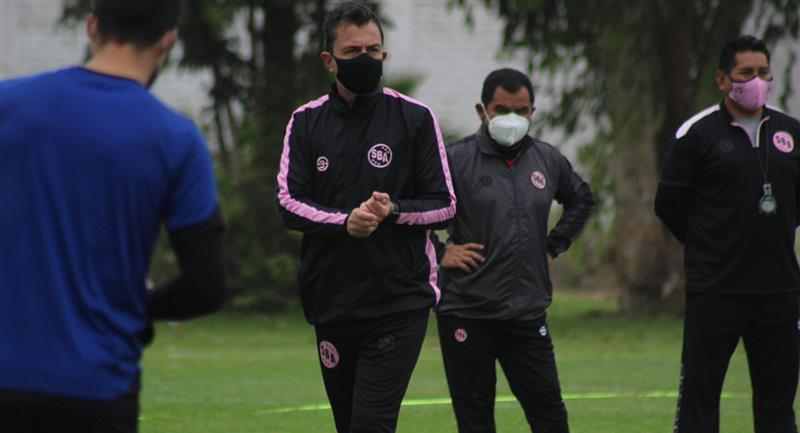 Marcelo Vivas no seguirá al frente del cuadro rosado. Foto: Twitter @sportboys