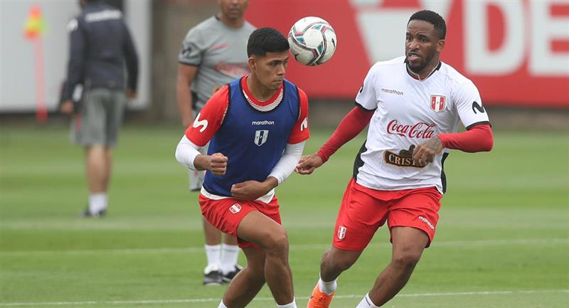 Farfán presente en el segundo día de entrenamiento. Foto: Twitter Selección Peruana