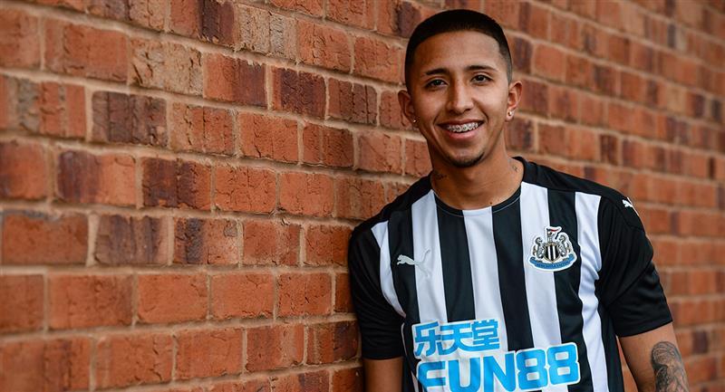 Rodrigo Vilca ya posó con la camiseta de Newcastle. Foto: Twitter Newcastle United