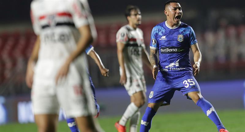 Jean Deza marcó un golazo con Binacional a los 41 minutos. Foto: EFE