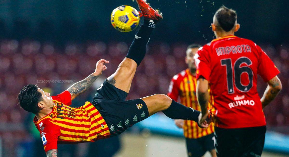 Gianluca Lapadula buscó hacer gol de chalaca ante Spezia. Foto: Captura Youtube
