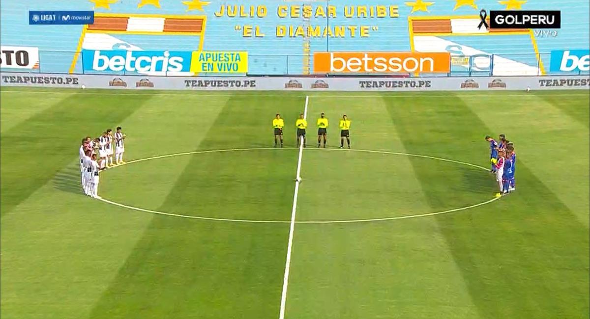 Jugadores de Alianza Lima y Carlos Mannucci dedicaron minuto de aplauso. Foto: Twitter Captura GolPerú
