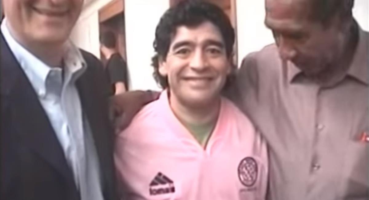 Diego Maradona vistió la camiseta del Sport Boys en su visita a Perú. Foto: Youtube Captura