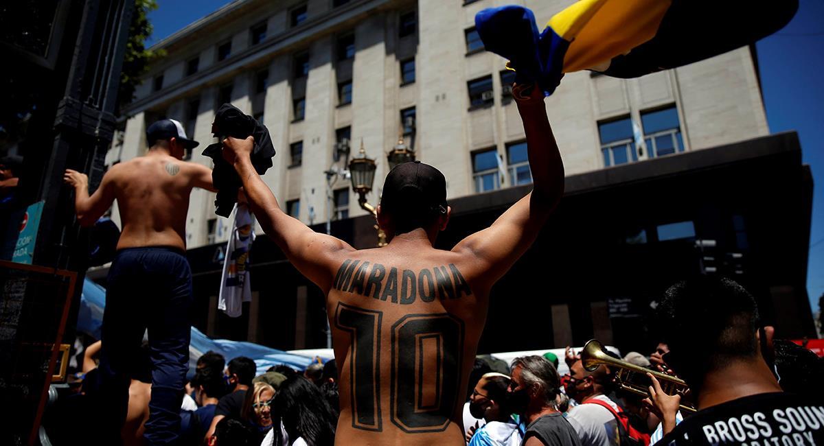 Hinchas recuerdan a Maradona en las calles de Buenos Aires. Foto: EFE