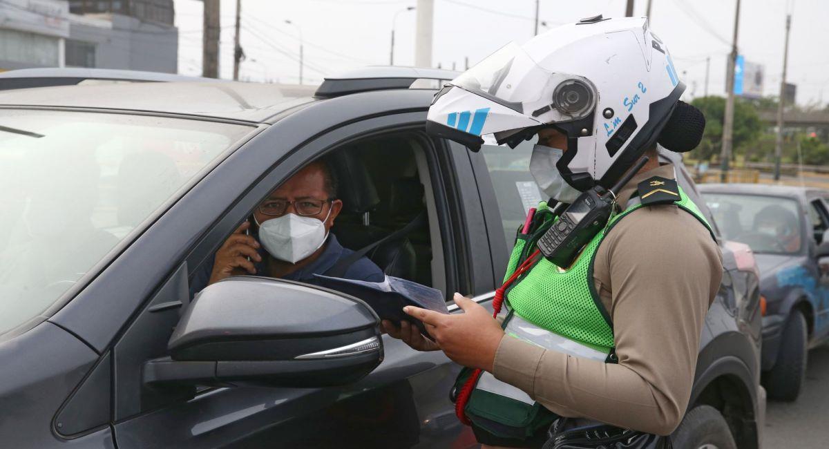 Se siguen aplicando sanciones a los que incumplen las normas sanitarias. Foto: Andina