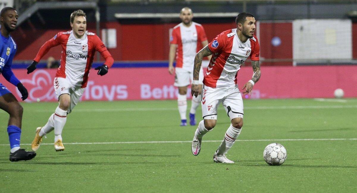 Sergio Peña intentó, pero no alcanzó. Foto: Twitter FC Emmen