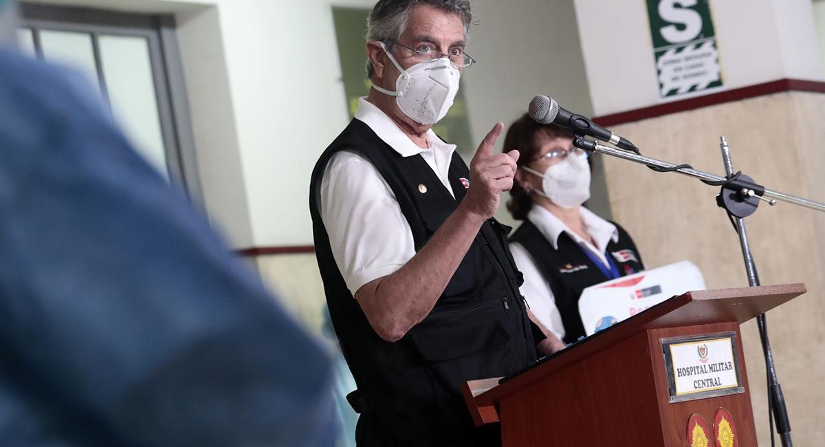 Francisco Sagasti marcó la importancia de recibir la dosis. Foto: Twitter @presidenciaperu