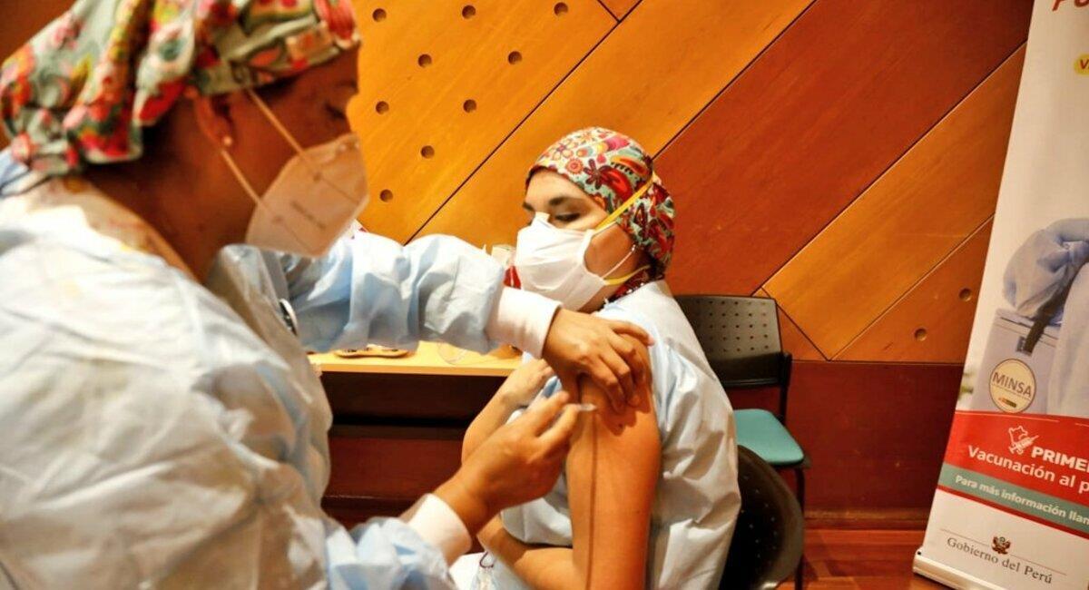 Ya se realizan las vacunas contra la COVID-19 en el Perú. Foto: Twitter Minsa
