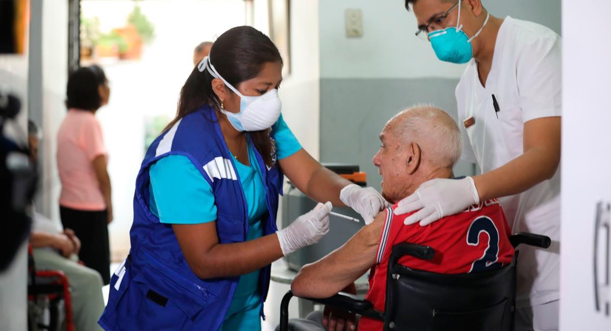 Adultos mayores iniciarán su vacunación con dosis de Pfizer. Foto: Andina