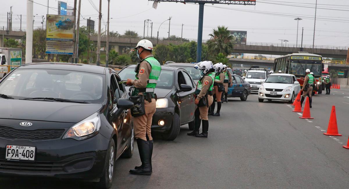 Autos podrán movilizarse los domingos para vacunación de adultos mayores. Foto: Andina