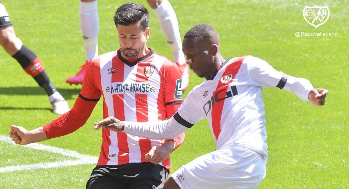 Luis Advíncula jugó los 90 minutos. Foto: Twitter Rayo Vallecano