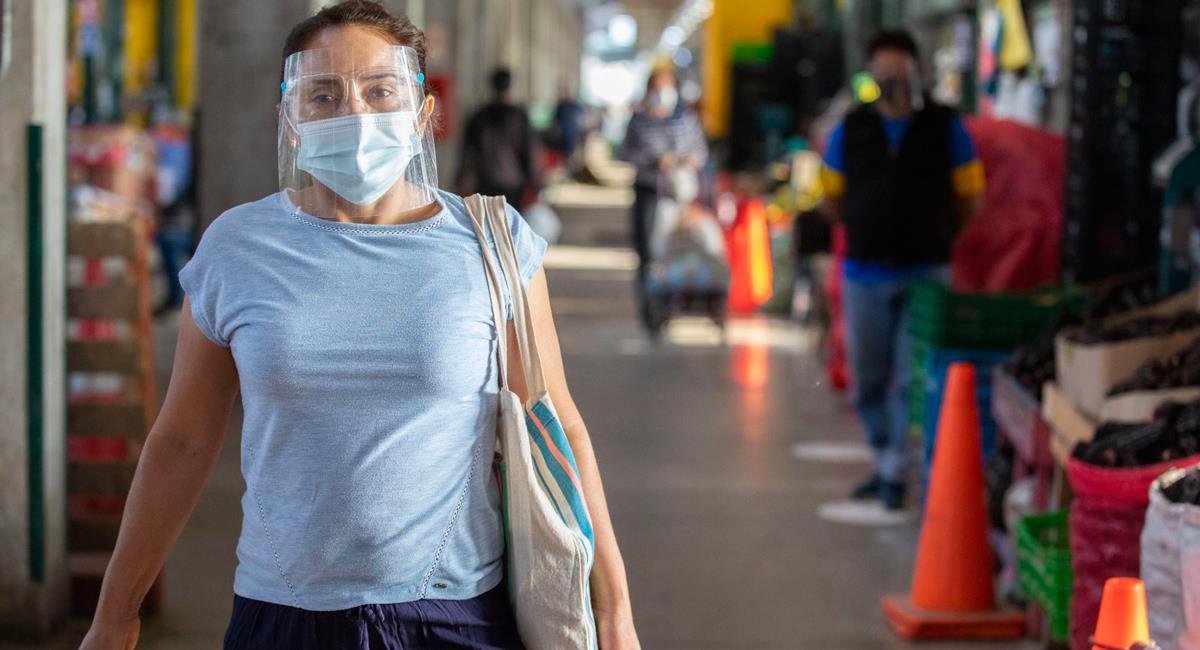 Protector facial debe limpiarse de manera correcta en medio de la pandemia. Foto: Andina