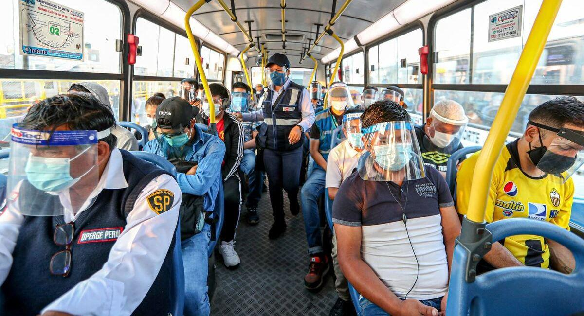 Uso de mascarilla y protector facial en transporte público. Foto: Andina