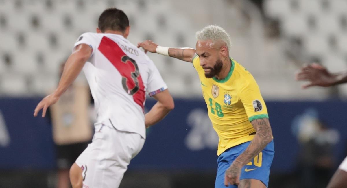 Neymar simuló falta dentro del área. Foto: EFE