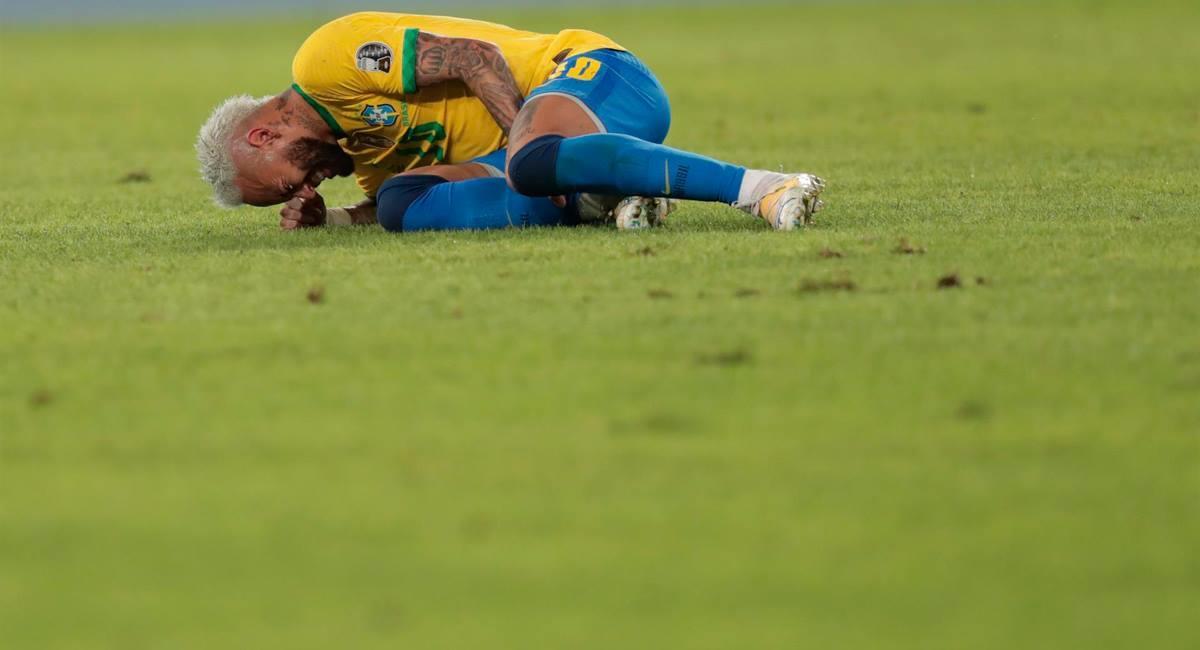 Neymar se sumó a la críticas por el mal estado del césped. Foto: EFE