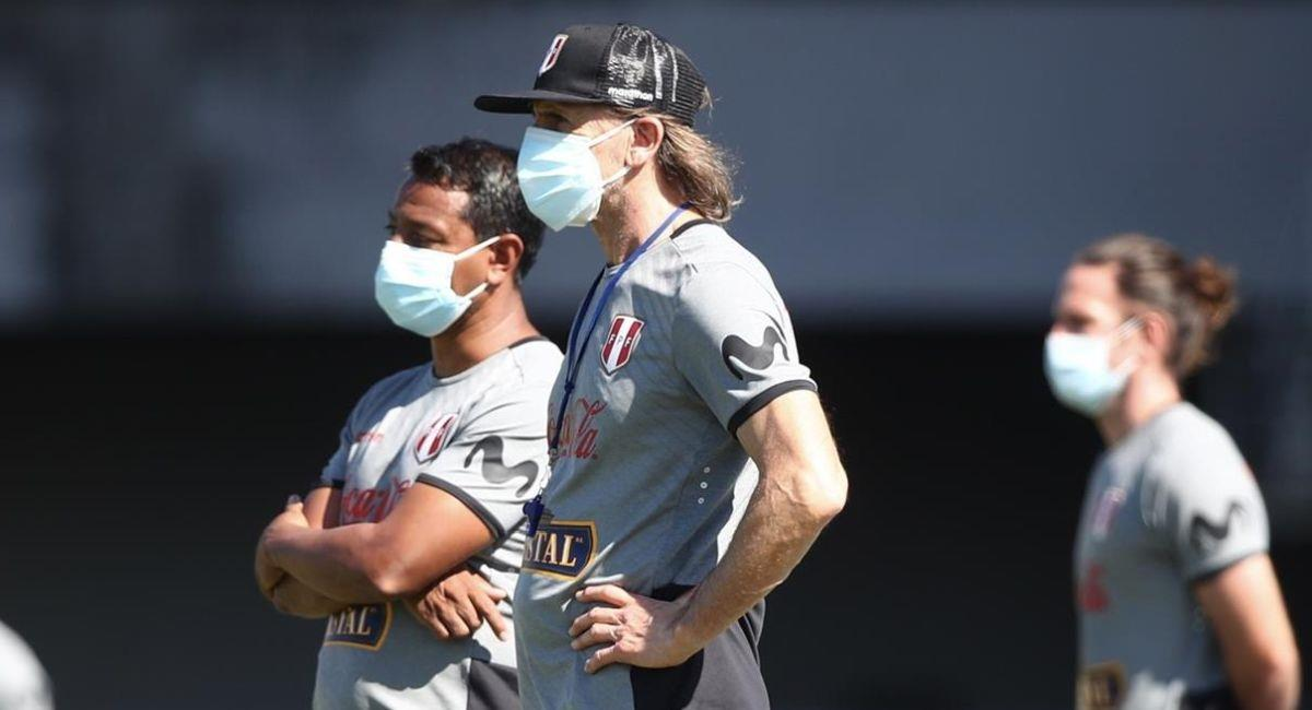 Ricardo Gareca durante el entrenamiento de Perú. Foto: EFE