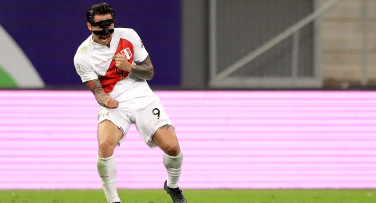 Gianluca Lapadula con la Selección Peruana. Foto: EFE